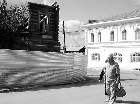 Этот злосчастный дом обнесли металлическим забором, закрыв прежнюю пешеходную тропинку.  Раньше пешеходы могли хоть...
